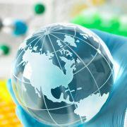 Weltball in Gummihandschuhen wegen Coronakrise