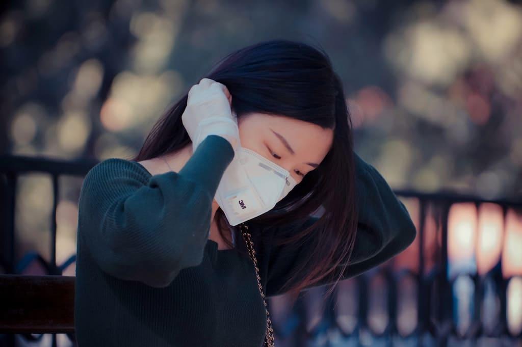 Japanerin mit Corona-Maskenschutz-Übersetzer sind systemrelevant
