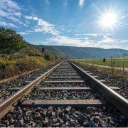Eisenbahnschiene, Landschaft und Sonne