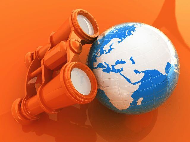 Weltkugel auf orangem Hintergrund mit orangem Fernglas